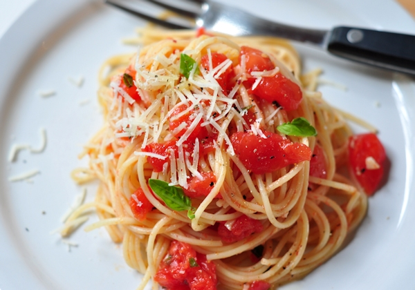 plate of pasta with fresh tomatoes and basil