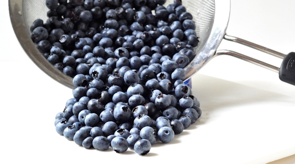 rinsing blueberries for freezing